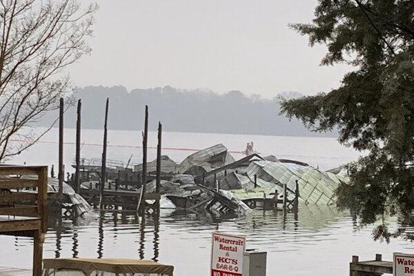 Následky požiaru v lodenici v Scottsboro.
