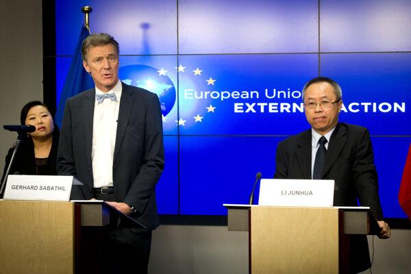 Gerhard Sabathil (vľavo) pracoval pre EÚ ešte dva roky po tom, čo mu Nemecko odobralo bezpečnostnú previerku.