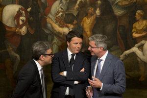 Luca de Meo (vľavo) na snímke s bývalým výkonným riaditeľom Audi Rupertom Stadlerom (vpravo) a bývalým talianskym premiérom Matteom Renzim.
