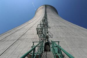Jedna z chladiacich veží 3. a 4. bloku jadrovej elektrárne Mochovce.
