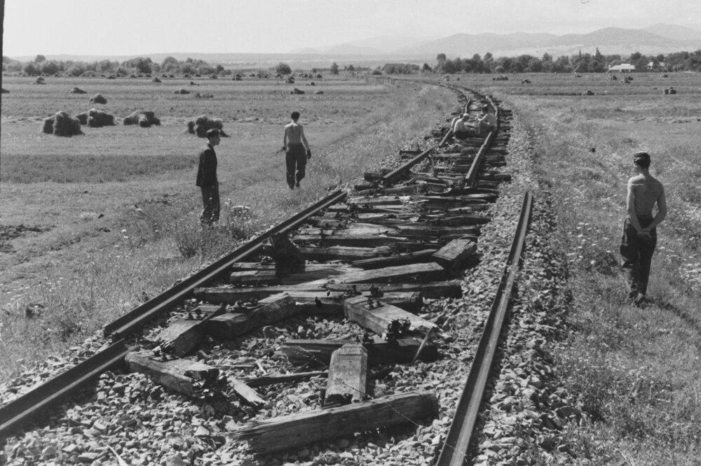 Železničnú trať Prešov - Strážske poškodili nemecké vojská špeciálnym pluhom na ničenie tratí s prezývkou Schnienenwolf.