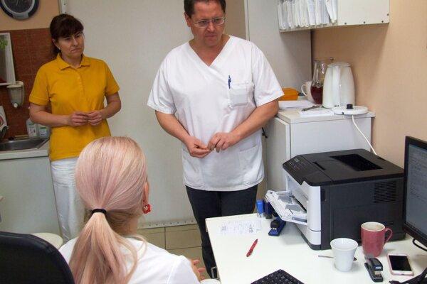 Medicínsky riaditeľ Marián Bakoš v ORL ambulancii.