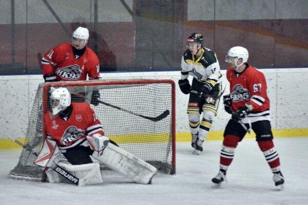 Hokejisti Pov. Bystrice (v červenom) nebodovali už deväť zápasov v rade.