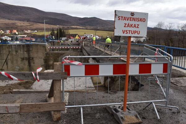 Most je staveniskom.Obmedzenia prechodu sa budú týkať aj chodcov.