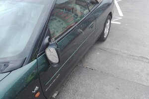 Auto poškodili smetiaky.