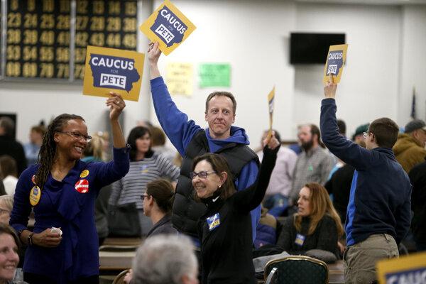 Podporovatelia Petea Buttigiega lákajú k sebe ďalších počas demokratického caucusu v Iowe.
