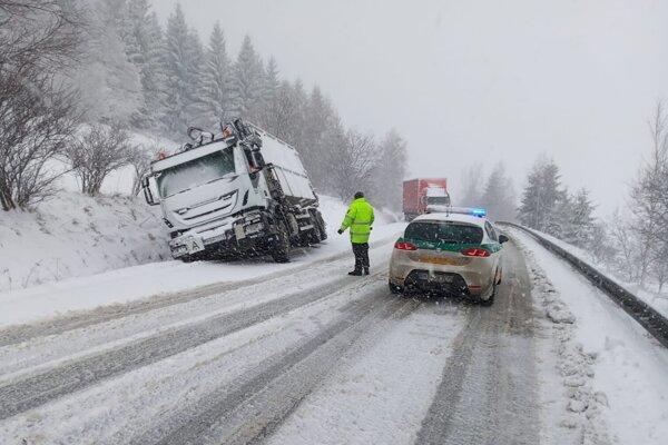 Na horskom priechode Čertovica sa včera skrížilo 6 kamiónov. kamiónov. Cesta museli odkláňať pred Kráľovou Lehotou.