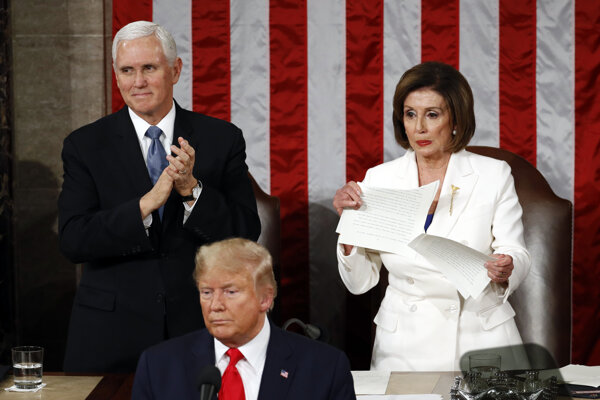 Pelosiovú stojac za Trumpom s odporom v tvári trhá prezidentov prejav.