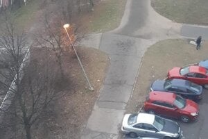 Lampu na Hemerkovej ohlo auto. Starosta tvrdí, že ju vymenili až po ôsmich mesiacoch.