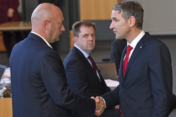 Hanebné podanie ruky, okomentovali tento moment nemecká médiá. Kemmerich je vľavo, vpravo Höcke z AfD.