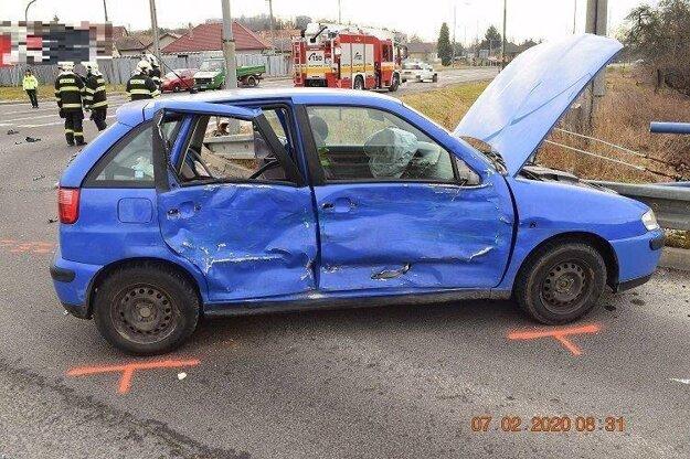 V osobnom aute sa zranili všetci pasažieri.