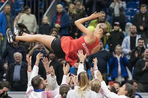 Anna Karolína Schmiedlová nad hlavami členov slovenského tímu.