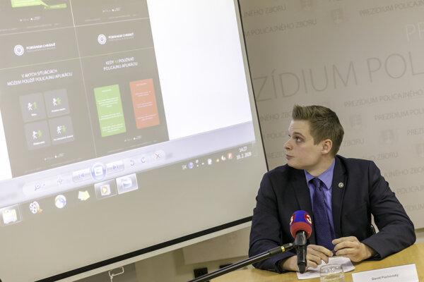 Na snímke pracovník Oddelenia komunikácie a prevencie Policajného zboru SR David Púchovský počas tlačovej konferencie Prezídia Policajného zboru na tému: Mobilná aplikácia Policajného zboru pre zvýšenie ochrany verejnosti v Bratislave 10. februára 2020.