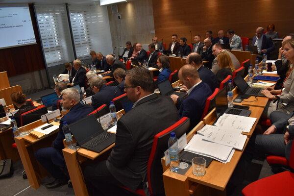 Poslanci PSK na pondelkovom rokovaní.