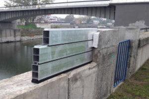 Začiatok opráv protipovodňového múra.