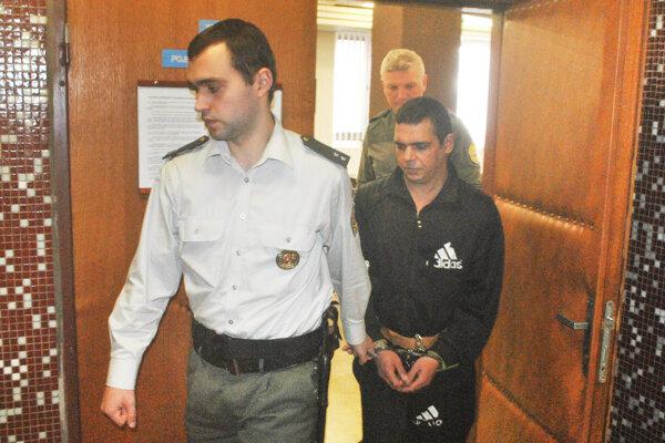 Horvátha odvádza eskorta do väzenia.