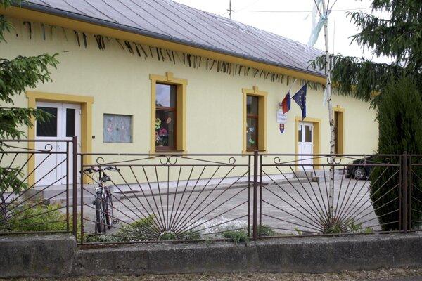 Budova Základnej školy v Čereňanoch.