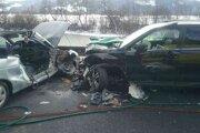 Hasiči museli zo zdemolovamých áut vyslobodiť dvoch zranených ľudí.
