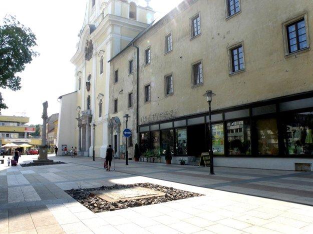 Prázdne miesto zostalo pred kláštorom piaristov po podstavci a soche svätca, ktorú reštaurujú.