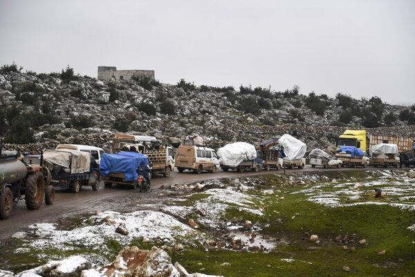 Z Idlibu sa presúvajú celé konvoje rodín.