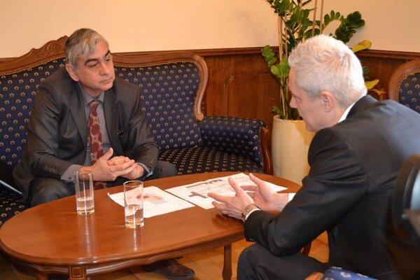 Konateľ spoločnosti Velislav Ivailov Bakardjiev (vľavo) počas stretnutia s primátorom.