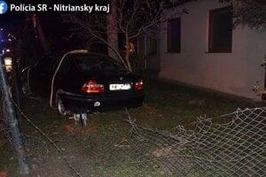 Auto prerazilo plot pred domom na Tehelnej ulici.