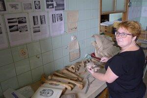 Michaela Dörnhöferová pripravuje kosti na hodinu porovnávacej anatómie.