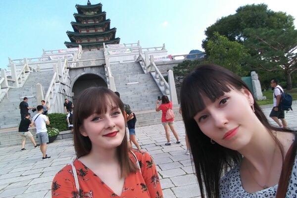 Študentky Alena Jurcsíková (vľavo) a Mária Skáčiková absolvovali letný pobyt na univerzite v Soule.