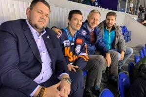 Zľava športový riaditeľ HC Košice J. Šťastný, D. Paršin a prezident HC Július Lang.