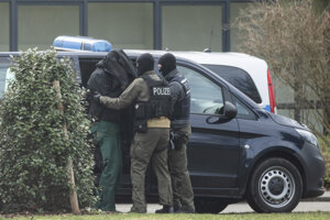 Policajti privádzajú na súd v Karlsruhe neidentifikovanú osobu 15. februára 2020. Muž je jedným z 12 zadržaných počas piatkovej celoštátnej akcie v súvislosti s pravicovým extrémizmom.