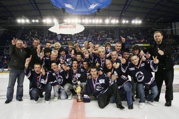 Tréner Svitek (horný rad - druhý zľava) so svojimi dorasteneckými zverencami oslavuje majstrovský titul.