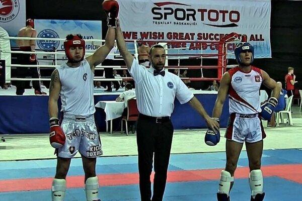 Častý obrázok kickboxerských zápasov. Rozhodca dvíha ruku Mareka Karlíka na znak víťazstva.