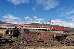 Poškodené vagóny skončili mimo trate.