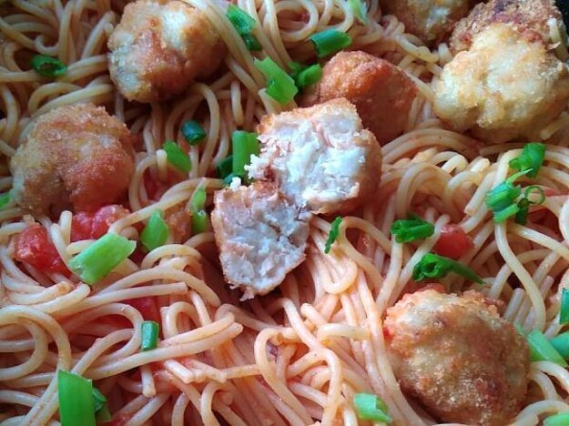 Rybacie guľky v paradajkovej omáčke so špagetami