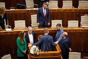 Poslanci okolo Miroslava Beblavého pri rečníckom pulte.