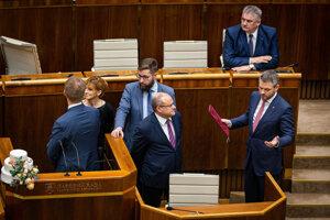 Poslanci okolo Miroslava Beblavého a premiér Peter Pellegrini pri rečníckom pulte.