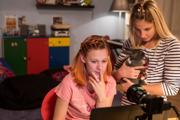 Mladé ženy v dokumente V sieti predstierajú, že majú dvanásť rokov. Odpovedajú mužom, ktorí ich kontaktujú na sociálnych sieťach.