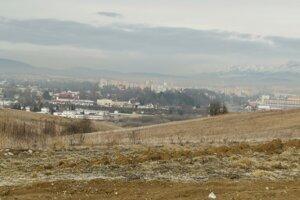 Po pravej strane existujúcej skládky sa plánuje jej rozšírenie. V pozadí mesto Spišská Nová Ves.