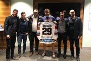L. Draisaitl (tretí sprava) si prebral dres HC Košice, ktoré trénuje jeho otec Peter.