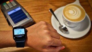 Platby mobilom a hodinkami: Prečo Apple Pay vyhráva