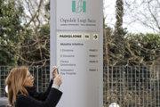 Muž leží v nemocnici v meste Codogno na severe Talianska.