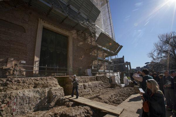 Sarkofág archeológovia objavili pri vykopávkach vo Forum Romanum.