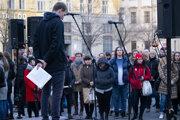 Slováci v Brne držia minútu ticha za Jána Kuciaka a Martinu Kušnírovú.