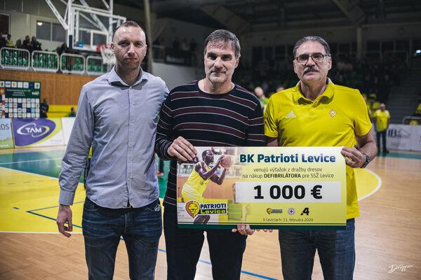 Dražba vyniesla Patriotom 1000 €, ktoré opäť darovali na dobrú vec