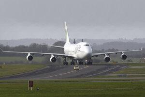 Lietadlo s 32 pasažiermi, medzi ktorými sú Briti i občania členských krajín EÚ.