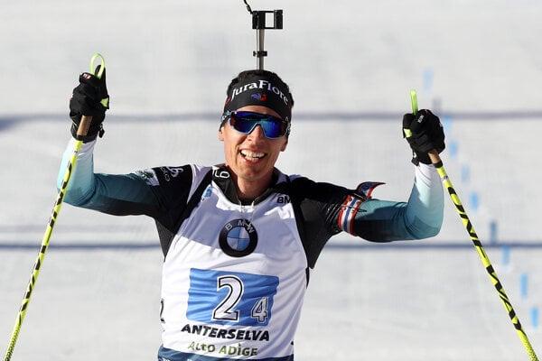 Quentin Fillon Maillet oslavuje triumf Francúzska v štafete na MS v biatlone 2020.