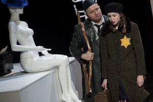 Inscenácia Viliama Klimáčka - Holokaust v podaní hercov vpravo Polina Nikolaevskaya (Ester Rozenfeldová) a vľavo Gregor Hološka (Jano Pujdes).