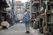 Pracovníci v ochranných odevoch dezinfikujú tržnicu proti koronavírusu v juhokórejskom Soule.