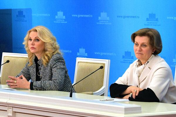 Šéfka ruskej pracovnej skupiny pre prevenciu šírenia nového koronavírusu, vicepremiérka Tatiana Golikovová (vľavo).