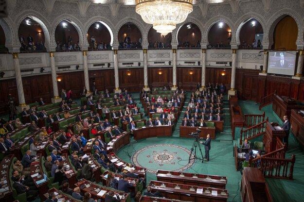 Nový tuniský premiér Iljás Fachfách reční pred parlamentom.